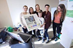 """Lena Wiklund, Maria Berglöv och Emma Ahlander hade gjort en tavla med tidningsurklipp och texten """"Till hjältarna på 107 B"""". Gustav Nordström, Anna Swing och verksamhetschefen Margret Rosenberg tog emot tavlan."""