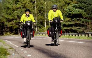 Kristina Westman och Karin Svensson cyklar för att uppmärksamma mäns våld mot kvinnor i nära relationer.
