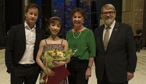 Förstasolisten Mayumi Yamaguchi (andra från vänster) tilldelas Mariane Orlandos stipendium och Operans balettklubbs pris årets dansare.