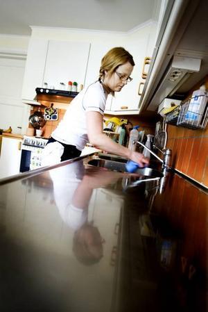 SKINANDE DISKBÄNK. De flesta städfirmor använder mirakelmedel. Men det kan räcka med att använda vanlig såpa, ättika eller bakpulver för att få rent i köket.