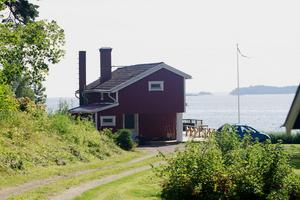 Calle Järnkroks nya sommarställe ligger bara några meter från strandkanten.