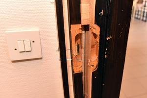 Detta var en av dörrarna man bröt upp för att ta sig till kassaskåpet.