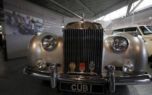 Rolls-Royce Silver Cloud II. 1985Film: Levande måltavla (A View To a Kill)Skådespelare: Roger MooreDet vita lyxåket av 1962-års modell var över två ton tungt och drevs av en 6,2 liters V-8. James Bond utgav sig för att vara affärsman och använde Rollsen för att kunna närma sig skurken Max Zorin. När bilen blir nedknuffad i en sjö överlever 007 genom att andas luft från ett av däcken. Och undkommer förstås.För övrigt användes en Rolls-Royce Silver Shadow senare i Tid för hämnd (Licence To a Kill).