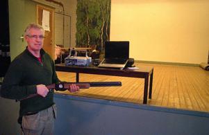 Tomas Bäckström med det laservapen och den digitala apparatur som utgör den jaktskyttesimulator som invigs i Höggården, Höglunda till helgen.Foto: Ingvar Ericsson
