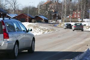 Sågmyra vägen slingrar sig mellan husen i Ullvi och är i stort behov av upprustning.