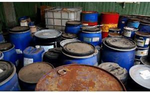32 ton farligt avfall i tunnor, burkar, flaskor, lådor och säckar hade lämnats kvar i det nedlagda garveriet efter konkursen. De nya fastighetsägarna blev åtalade för grovt miljöbrott, men åtalet ogillades. Foto: Anders Mojanis