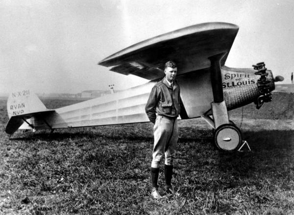 Charles Lindberg poserar framför sitt plan Spirit of S:t Louis 1927.