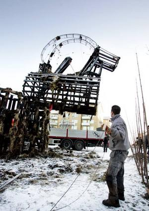 Med hjälp av rep och en lastbilskran plockades resterna av julbocken ner på Slottstorget i Gävle.