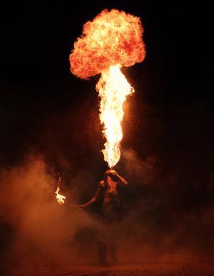 Johan Holst i gycklargruppen Trix ska försöka slå världsrekord i eldblåsning den 7 januari.