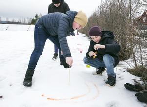 Albert Tidigs, Simon Tägt och Gustav Hansen gjorde cirklar i snön med hjälp av ett snöre.