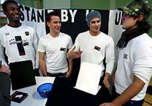 Stand By You UF säljer dokumenthållare. De ingår i Unga företagare från Borgis och hade i går mässa.  Från vänster Mohammed Artan, Thomas Ahlbom, Mohammed Awde och Jonny Gebara. Foto: Annakarin Björnström