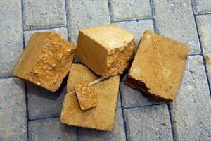 Det är värmeslingorna i marken som har gjort att stenarna på torget har spruckit. Till veckan börjar kommunen med att byta ut merparten av stenarna.