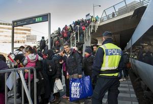 På Hyllie tågstation i Malmö fångas alla som vill söka asyl i Sverige upp. Polis och Migrationsverkets personal samlar alla ovanför stationsbyggnaden och kör dem med bussar till Mässan.