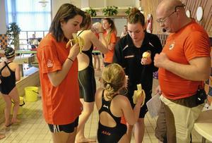 Vattenvan familj. Tvillingarna Ana och Ioana Pettersson simmar både själva och tränar de yngre. Lillasyster Alicia Forsberg har även hon hittat till simsporten och pappa Magnus Eriksson är nyvald ordförande i Nora simsällskap.