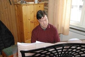 Efter Operahögskolan i Göteborg har Göran Enegård sjungit på flera musikteatrar i Sverige bland annat Kungliga Operan i Stockholm, Göteborgsoperan, Värmlandsoperan, Confidencen i Ulriksdal och Stockholms operettensemble.