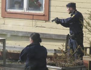 Med dragna vapen. Polisen ryckte ut i förra veckan när en påverkad och knivbeväpnad person gick på spåret vid stationen i Virsbo. Det var en ortsbo som larmade.