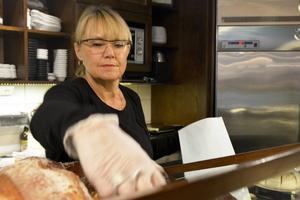 Marie Strömberg är delägare i Café Charm. Enligt henne säljer de mycket matbröd ock smörgåsar, men på senare tid har klassiska godbitar ökat i försäljning. Biskvier, mandelkrokar och arraksbollar.