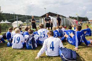 GIF Sundsvalls spelare födda 2000 är så många att de deltar med två lag i Drakcupen. Här har tränartrion Jan Henriksson, Åke Andersson och Göran Rönnberg en genomgång med båda lagen inför de första matcherna under fredagen.