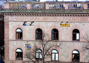 """1899 stod Sparbankshuset klart med sin devis """"Sparad penning är som dubbel vunnen"""" och där höll man till ända till 1978 då man flyttade rakt över Nygatan till Gevaliapalatset.  Under årens lopp har banken bytt namn flera gånger till bland annat FöreningsSparbanken."""