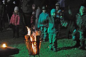 Glada miner vid elden intill scenen där det spelades musik under stora delar av kvällen.