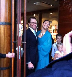 Uppklädda och lyckliga. Daniel och Victoria poserade för fotograferna efter vigseln.