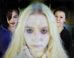 Charlotte Lund, Ebba Persson och Alva Lundgren är redo inför spökkvällen.
