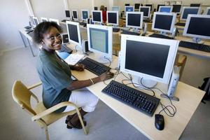 Franskalärare Mamefatou Diouf förbereder sig inför skolstaraten