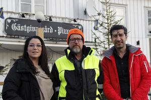 Katarina Borbos, Sven-Olov Andersson och Dacke Hajo utanför Torsåkers gästgiveri