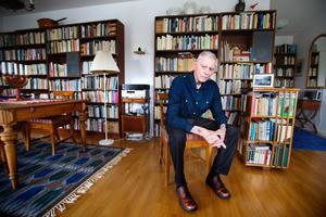 """Skriver alltid. Södertäljeförfattaren Björn Runeborgs senaste roman heter """"Estonia"""". Sedan 1962 har han gett ut 32 böcker, skrivit 60 pjäser och dessutom tv-manus."""