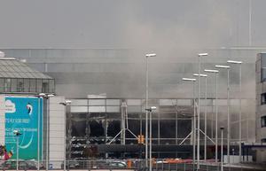 Röken från flygplatsen efter bomben.