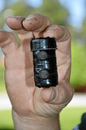 Fynd. En cach kan vara liten som en fingerborg och upp till storlek av en glasslåda. Foto: Tove Svensson