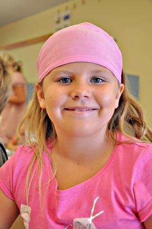 Alicia Björk, 7 år,  klass 1:– Det känns lite konstigt att börja ettan. Nu är det ju skola på riktigt. Fast jag hoppas att det inte kommer bli så annorlunda. I veckan har jag verkligen längtat.