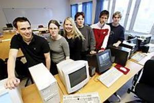 Foto: NICK BLACKMON Bygger datasal. Om ett år ska 17 elever från Bessemergymnasiet sätta upp en datasal i Riga i Lettland. Med i planeringen är Magnus Linell, Malin Genz, Ida Kakko, Lars Öhrman, Johan Palm och Erik Malmström.