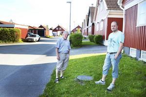 Sune Winterkvist, Matti Viksten och flera av deras grannar på Smultronvägen fick sina källare fulla med vatten 2010 och 2011. Nu kommer de att kräva kommunen på ersättning för självriskkostnader. Under det lilla svarta locket på gräsmattan finns en backventil de låtit installera för att skydda sig mot framtida översvämningar.