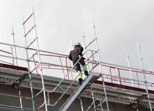Det finns en oro kring framtida arbetslöshet och att bli utbytt mot någon som kan göra jobbet billigare, säger Byggnads ordförande Johan Lindholm.