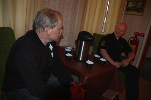 Möte. Kommunens säkerhetsansvarige Torbjörn Orr samtalar med Erik Gatu i väntan på att publiken ska strömma till.