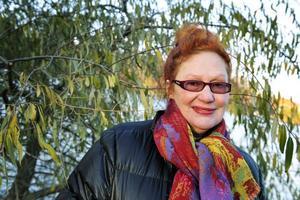 """Fortsätter jobba. Claire Wikholm fyller 65 år men tänker inte gå i pension. Skälet att lämna plats för yngre förmågor tycker hon inte gäller i skådespelaryrket. """"En 21-åring kan knappast spela en gammal kärring""""."""