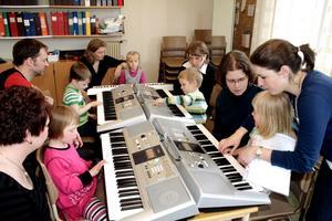 """Att få """"klinka"""" på pianot tillhör en av höjdpunkterna. Fyraåringarna lär sig snabbt ganska avancerade stycken under ledning av Jennie Åbrink."""