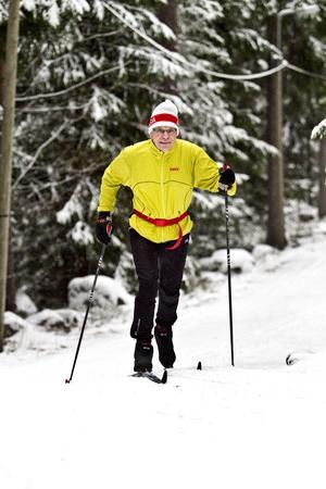 Rolf Lewin, 72 år, brukar springa med broddar i Hemlingby två gånger i veckan. I går plockade han fram skidorna för första gången i år.– Bra att de har fått igång spåren. Det är lite långt att åka till Högbo för ett motionspass, säger han.