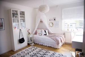 Stellas rum är ljust och smälter in i stilen som finns i resten av huset.