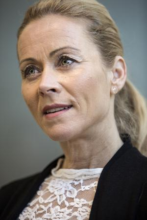 Lena Morin Lindström är utbildad stressterapeut och samtalsterapeut.