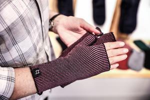 Det är inte bara strumpor som lämnar fabriken. Här en populär handledsvärmare.