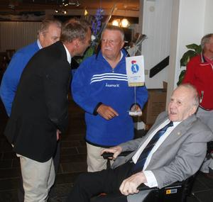 En av grundläggarna till Åsarnas storhetstid, Olle Åslund, hyllades av klubben. Här i samtal med Vasaloppsegraren - och tidigare rekordhållaren -Peter Göransson, Sven-Erik Svensson och nye hedersmedlemmen Peter Wikland.