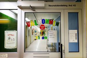 Ungefär var tredje sjukskötersketjänst i Sundsvall är vakant och man har inte lyckats lösa sommarbemanningen med hyrsjuksköterskor. Därför överväger nu landstinget att slå ihop barnklinikens två avdelningar vid Sundsvalls sjukhus under tre veckor i sommar.