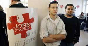 Axel Carlsson och Charlie Lobo Sjöberg har nyss skrivits in på den nya jobbstationen och tror att de får mer hjälp att hitta jobb än hos Arbetsförmedlingen.