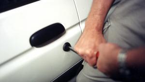 En eller flera tjuvar tog sig under onsdagsnatten in i en bil på Kornettgatan i Norberg och stal saker för minst 800 kronor.