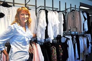 """Inte missnöjd. Camilla Werme driver butiken Moniques och är ordförande i Tierps företagarförening. Hon tycker inte att kommunen gjort sig förtjänt av bottenplaceringen (plats 216 av 290) som Tierps kommun hamnar på när Svenskt näringsliv rankar kommunernas företagsklimat. """"Tvärtom. Företagarandan kunde inte vara bättre. Tierp är verkligen på gång"""" säger hon."""