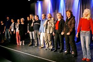 Scenelever. Revysällskapets scenaktörer fick under lördagen en duvning i att sjunga och agera samtidigt.
