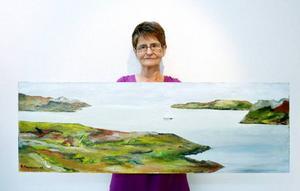 Barbro Holmgren målar mest landskap.  Hon visar färgstarka oljor med motiv från hav och fjäll  i sin del av  utställningen.Foto: henrik Flygare