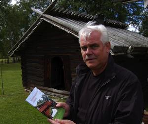 Under onsdagen hade museichef Jan Raihle med sig specialborren till åldersbestämningen av ett eldhus på Zorns gammelgård. Foto:Hans Olander